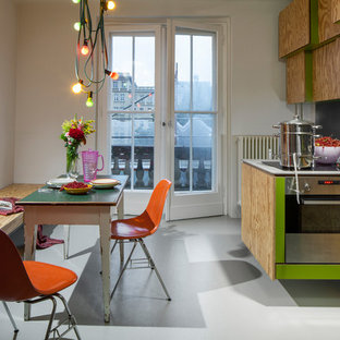 Einzeilige Stilmix Wohnküche ohne Insel mit flächenbündigen Schrankfronten, hellbraunen Holzschränken, grauem Boden und grauer Arbeitsplatte in Berlin