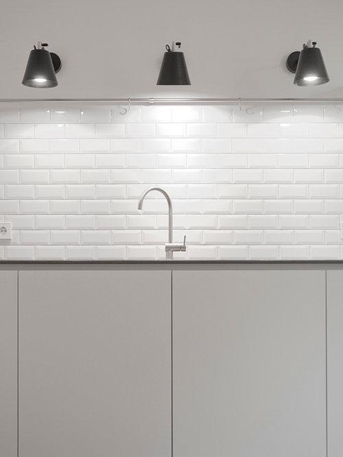Küche mit Küchenrückwand in Weiß und Quarzit-Arbeitsplatte - Ideen ...