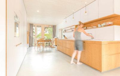 Eine holz-weiße Küche ist Raumtrenner, Garderobe, Stauraumwunder…