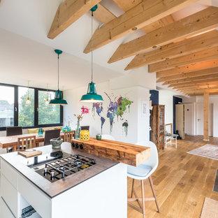 Große Skandinavische Küche mit braunem Holzboden und braunem Boden in Köln