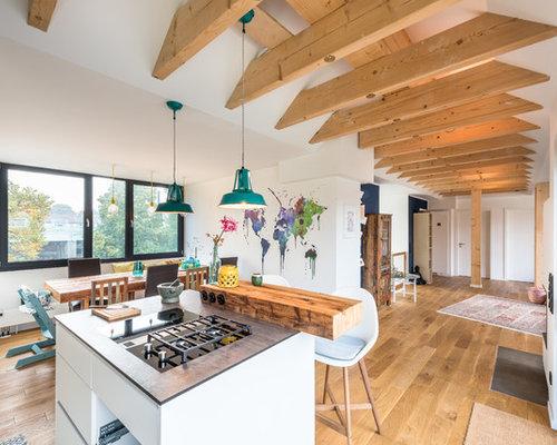 Großes, Offenes Skandinavisches Wohnzimmer Mit Weißer Wandfarbe, Braunem  Holzboden, Eckkamin, Verputztem Kaminsims
