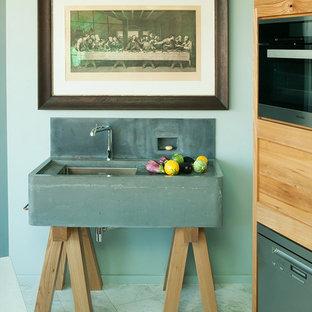 ベルリンの大きいコンテンポラリースタイルのおしゃれなキッチン (シングルシンク、中間色木目調キャビネット、コンクリートカウンター、マルチカラーのキッチンパネル、シルバーの調理設備の、大理石の床) の写真