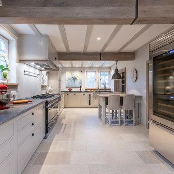 Küche in luxuriösem modernem Bauernhaus