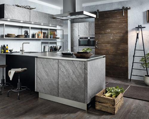 Offene, Geräumige Industrial Küche In U Form Mit Einbauwaschbecken,  Flächenbündigen Schrankfronten, Grauen