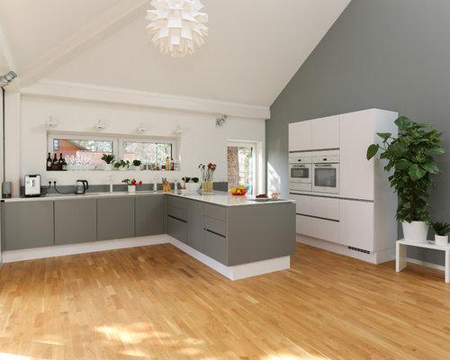 Offene, Große Moderne Küche In L Form Mit Flächenbündigen Schrankfronten,  Grauen Schränken,