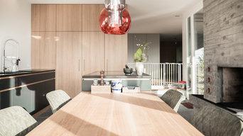 Küche mit Fronten in Strukturlack und Eiche