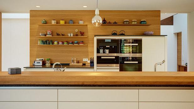 eine offene wohnküche, gebaut mit viel holz und klugen ideen - Kleine Offene Kuche Mit Wohnzimmer