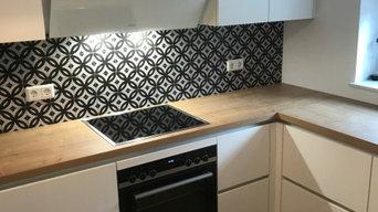Küche mit Tapetenverzierung