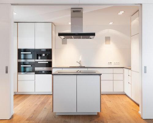 Offene, Mittelgroße Moderne Küche In L Form Mit Doppelwaschbecken, Weißen  Schränken, Betonarbeitsplatte