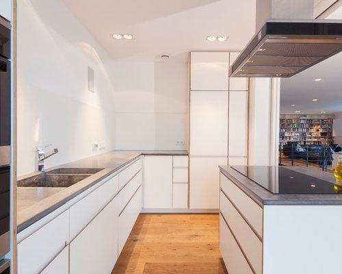 Offene, Große Moderne Küche In L Form Mit Doppelwaschbecken,  Flächenbündigen Schrankfronten, Weißen