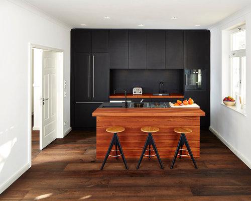 Offene, Kleine, Zweizeilige Moderne Küche Mit Einbauwaschbecken,  Flächenbündigen Schrankfronten, Schwarzen Schränken,