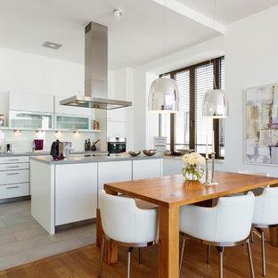Offene, Mittelgroße Moderne Küche mit hellem Holzboden in Köln