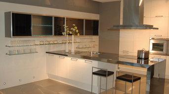 Küchen mit einer Arbeitsplatte aus Edelstahl