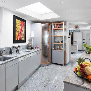 Mittelgroße, Geschlossene, Zweizeilige Moderne Küche ohne Insel mit Unterbauwaschbecken, flächenbündigen Schrankfronten, grauen Schränken, Elektrogeräten mit Frontblende, grauem Boden, Granit-Arbeitsplatte, bunter Rückwand und Rückwand aus Stein in Sonstige