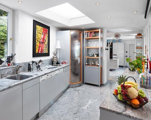 Mittelgroße, Geschlossene, Zweizeilige Moderne Küche Ohne Insel Mit  Unterbauwaschbecken, Flächenbündigen Schrankfronten, Grauen