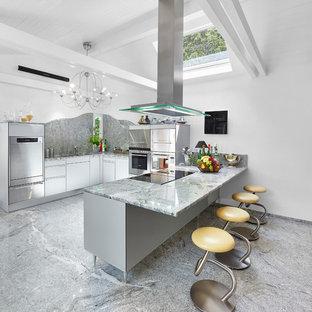 Mittelgroße, Offene Moderne Küche in U-Form mit flächenbündigen Schrankfronten, weißen Schränken, Küchenrückwand in Grau, Küchengeräten aus Edelstahl, Kücheninsel, grauem Boden, Unterbauwaschbecken, Quarzit-Arbeitsplatte und Rückwand aus Stein in Sonstige