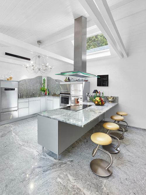 Mittelgroße, Offene Moderne Küche In U Form Mit Flächenbündigen  Schrankfronten, Weißen Schränken,