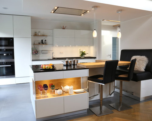 Offene, Zweizeilige, Mittelgroße Moderne Küche Mit Integriertem  Waschbecken, Flächenbündigen Schrankfronten, Weißen Schränken