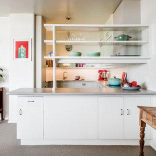 Foto di una cucina moderna con lavello a doppia vasca, ante lisce, ante turchesi, top in laminato, paraspruzzi bianco, paraspruzzi con piastrelle diamantate, elettrodomestici neri, pavimento in linoleum, pavimento turchese e top grigio