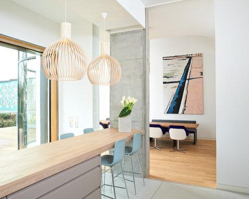 Beispiel Für Offene Moderne Küchen Mit Flächenbündigen Schrankfronten,  Grauen Schränken, Arbeitsplatte Aus Holz,