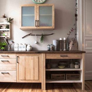 Geschlossene, Kleine Rustikale Küche mit hellbraunen Holzschränken, Arbeitsplatte aus Holz, braunem Holzboden und profilierten Schrankfronten in Berlin