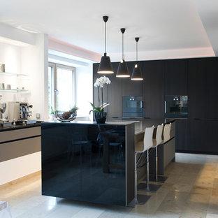 Offene, Einzeilige, Große Moderne Küche mit flächenbündigen Schrankfronten, schwarzen Schränken, Granit-Arbeitsplatte, schwarzen Elektrogeräten, Porzellan-Bodenfliesen, zwei Kücheninseln und beigem Boden in Sonstige