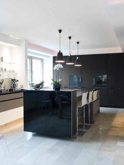 Offene, Einzeilige, Große Moderne Küche Mit Flächenbündigen Schrankfronten,  Schwarzen Schränken, Granit