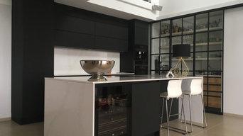L-Küche mit Insel, Front schwarz matt, Arbeitsplatte Silestone Calacatta