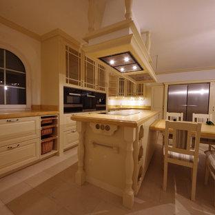 フランクフルトの巨大なカントリー風おしゃれなキッチン (一体型シンク、レイズドパネル扉のキャビネット、淡色木目調キャビネット、人工大理石カウンター、黒い調理設備、白いキッチンパネル、木材のキッチンパネル、磁器タイルの床、ベージュの床) の写真