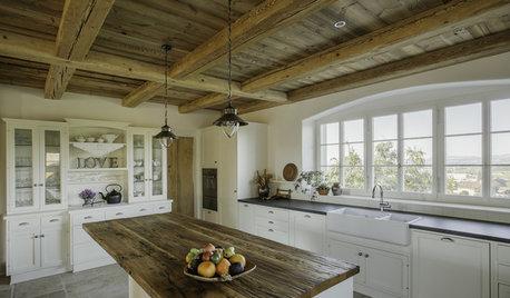 Eine Landhausküche – mit Blick auf die Schweizer Alpen