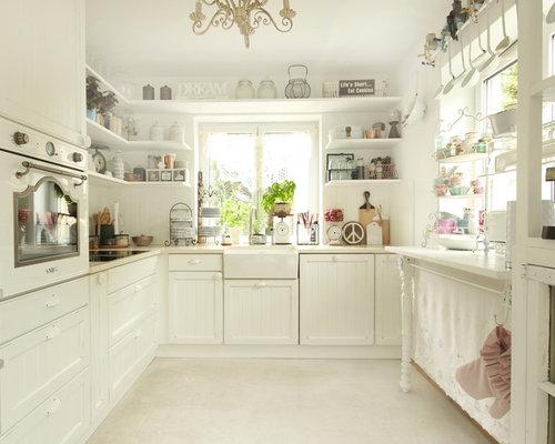 Cucina ad ambiente unico shabby-chic style con pavimento in marmo ...