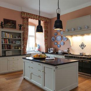 Ejemplo de cocina en L, de estilo de casa de campo, grande, abierta, con fregadero sobremueble, armarios estilo shaker, puertas de armario beige, encimera de granito, salpicadero rosa, salpicadero de azulejos de cerámica, electrodomésticos de colores, suelo de madera oscura y una isla