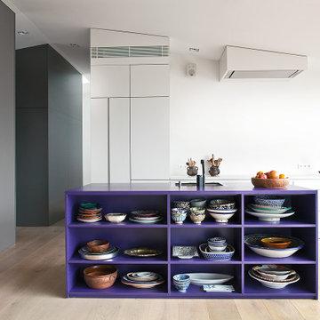 Lila Kochinsel als Highlight der offenen Wohnküche