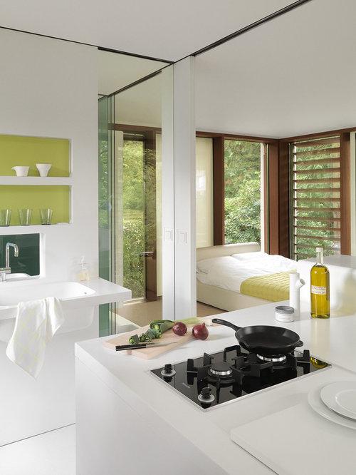Kleine, Offene Moderne Küche Mit Küchenrückwand In Grün, Integriertem  Waschbecken Und Weißen Schränken In