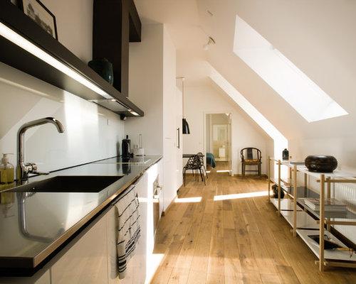 Offene, Einzeilige, Große Moderne Küche Ohne Insel Mit Integriertem  Waschbecken, Braunem Holzboden,