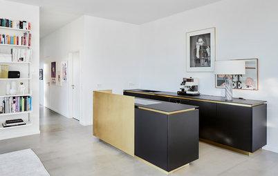 Edel und zurückhaltend: Eine offene Küche mit Messing-Elementen