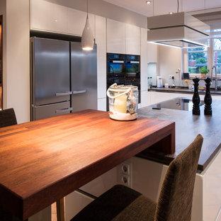 Luxuriös-elegante Wohnküche mit einem Mix aus Holz und Weiß