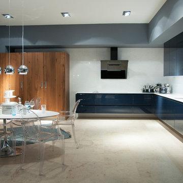Luxuriöse Wohnküche in Hochglanz-Blau mit viel Freiraum