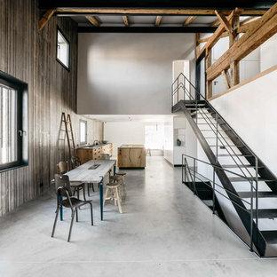 Rustikale Wohnküche mit Betonboden, grauem Boden, flächenbündigen Schrankfronten und Kücheninsel in München
