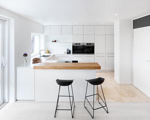 Weiße Küche mit Eichenholz in Schwäbisch Gmünd