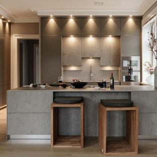 Geräumige Moderne Wohnküche mit Waschbecken, flächenbündigen Schrankfronten, Edelstahl-Arbeitsplatte, hellem Holzboden und Halbinsel in Hamburg