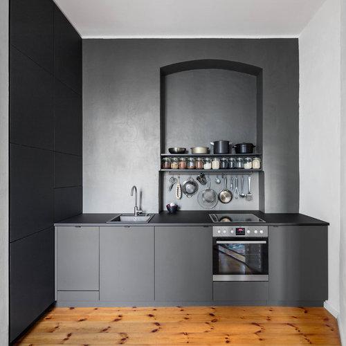 Einzeilige, Mittelgroße, Offene Moderne Küche Ohne Insel Mit  Einbauwaschbecken, Flächenbündigen Schrankfronten, Schwarzen