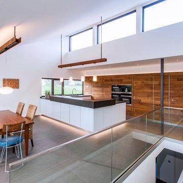 Minimalistische Küche mit Holzwand