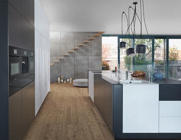 Minimalistische offene Wohnküche in einer Loftwohnung