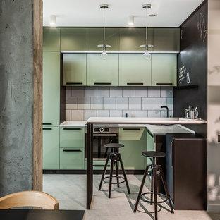 Kleine, Zweizeilige Moderne Wohnküche mit grünen Schränken, Betonboden, flächenbündigen Schrankfronten, Küchenrückwand in Weiß, Küchengeräten aus Edelstahl, Halbinsel, grauem Boden und weißer Arbeitsplatte in Berlin