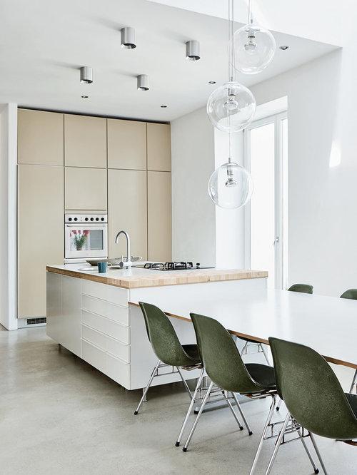 Einrichtungsidee Für Mittelgroße Moderne Wohnküchen Mit Flächenbündigen  Schrankfronten, Beigen Schränken, Arbeitsplatte Aus Holz,