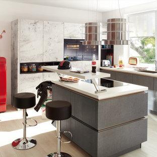Moderne extravagante Küche mit glatten Fronten in Grau matt lackiert, kombiniert