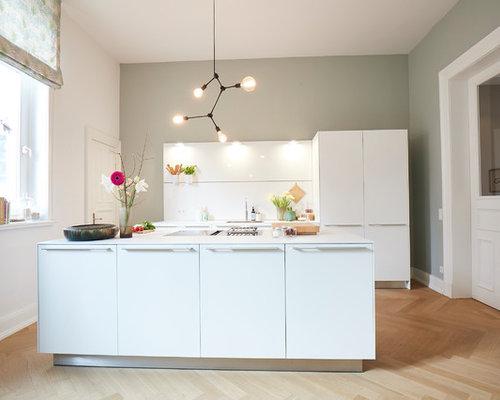 Geschlossene, Zweizeilige, Mittelgroße Nordische Küche Mit  Einbauwaschbecken, Flächenbündigen Schrankfronten, Weißen Schränken,