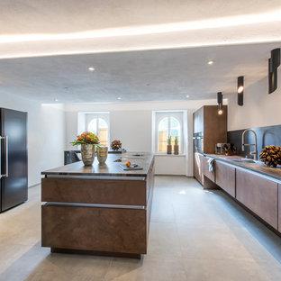 Geschlossene, Zweizeilige, Mittelgroße Moderne Küche mit Doppelwaschbecken, flächenbündigen Schrankfronten, braunen Schränken, schwarzen Elektrogeräten, Zementfliesen, zwei Kücheninseln und grauem Boden in Nürnberg