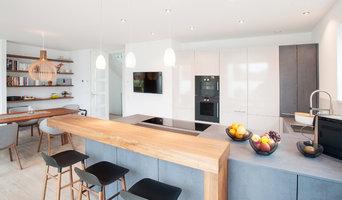 Moderne Küche in Grau mit Kochinsel